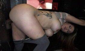 Mulher peituda tatuada