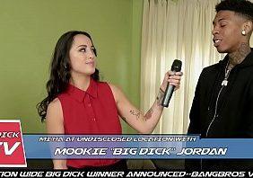 Repórter gostosa transando com entrevistado ao vivo