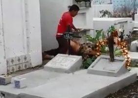 Flagra de sexo no cemitério