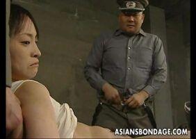 Policial estuprando uma presidiaria gostosa dentro da cela