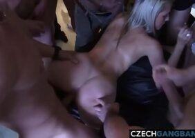 Varios homens gozando na esposa de um corno manso